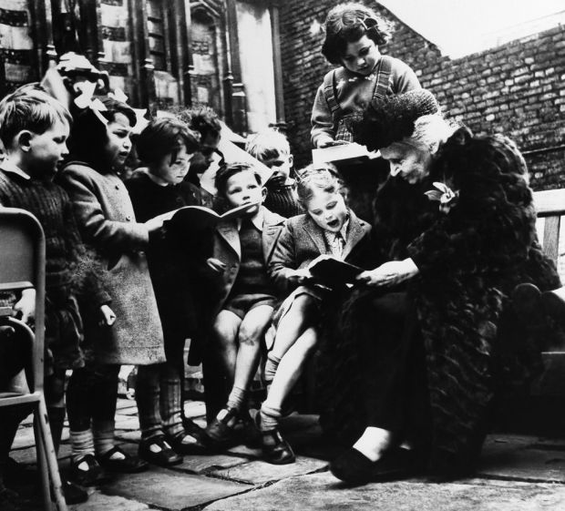 Maria Montessori z dziećmi.