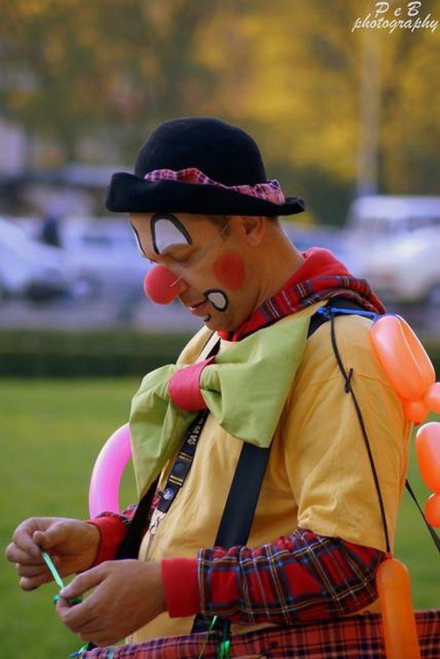 Znany wszystkim klaun na Jasnych Błoniach. Autor zdjęcia: Patrycja Borkowska Photography