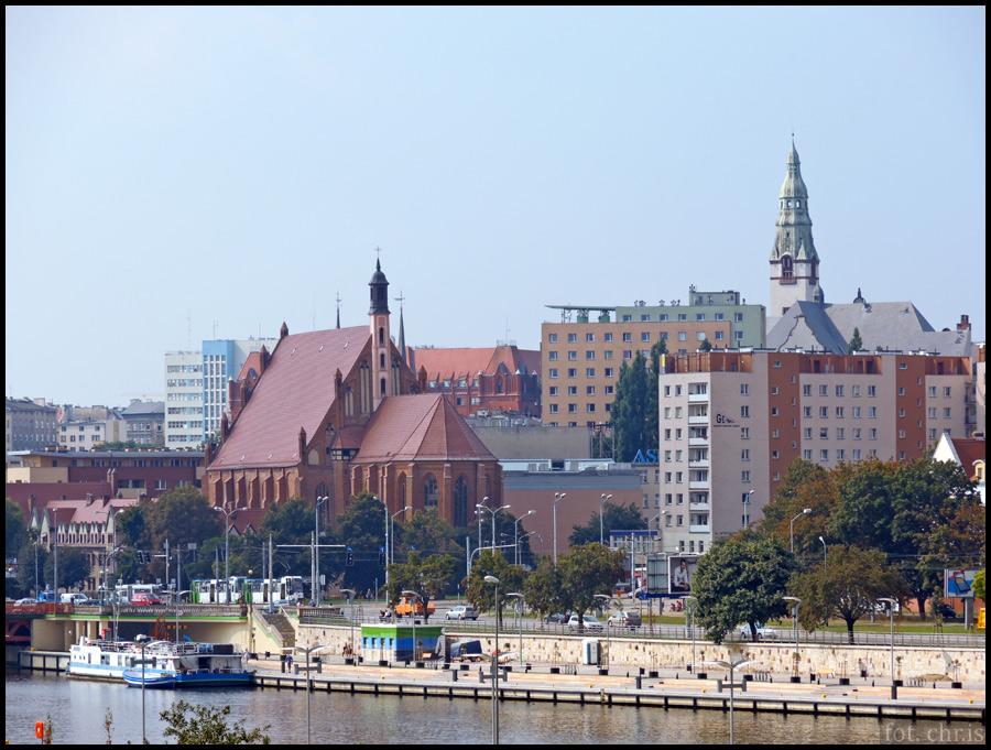Nadrzeczne bulwary zrobiły na mnie jak najlepsze wrażenie. Dalej, za bulwarem Piastowskim, dominuje w krajobrazie bryła fenomenalnego kościoła św. Jana Ewangelisty