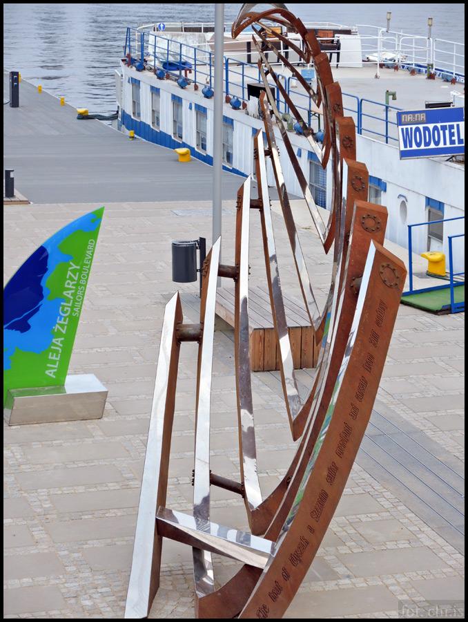 Przekroczyłem Odrę mostem Długim (który specjalnie długi nie jest, ledwie 150 metrów), jednym z trzech, spinających lewy brzeg z prawym. Związki Szczecina z morzem podkreślane są na każdym kroku. Tu – efektowna instalacja na bulwarze Piastowskim