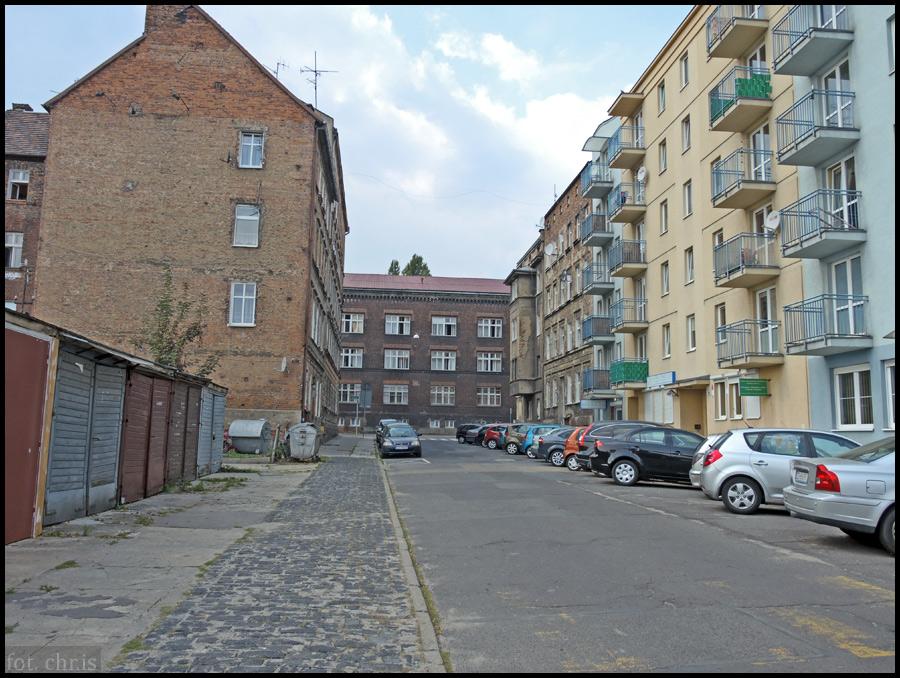 Bezpośrednie sąsiedztwo dworca jakoś szczególnie nie zachwyca (jak i w Lublinie)  Szczerbata zabudowa, garaże, parkingi, nawierzchnie proszące o remont (ulica Owocowa)