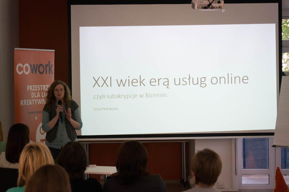 Pierwszą prelegentką była  Nina Pankiewicz, która opowiedziała o subskrypcyjnych usługach online. Skupiła się na ofercie Microsoftu.