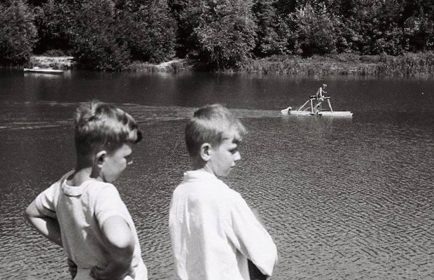 Jezioro Rusałka jako obiekt rekreacyjny. Wędkarze, Kajaki, rowery wodne, ścieżki. Połowa lat 50 XX w. Fot. ze zbiorów Wojciecha Bojarskiego