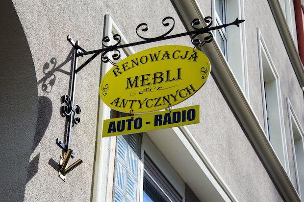 ul. Noakowskiego 24  renowacja mebli i radia samochodowe. Wygląda na to, że dwie firmy po prostu się dogadały. Genialne i godne naśladowania. Do tego niedrogie, jak podejrzewam.