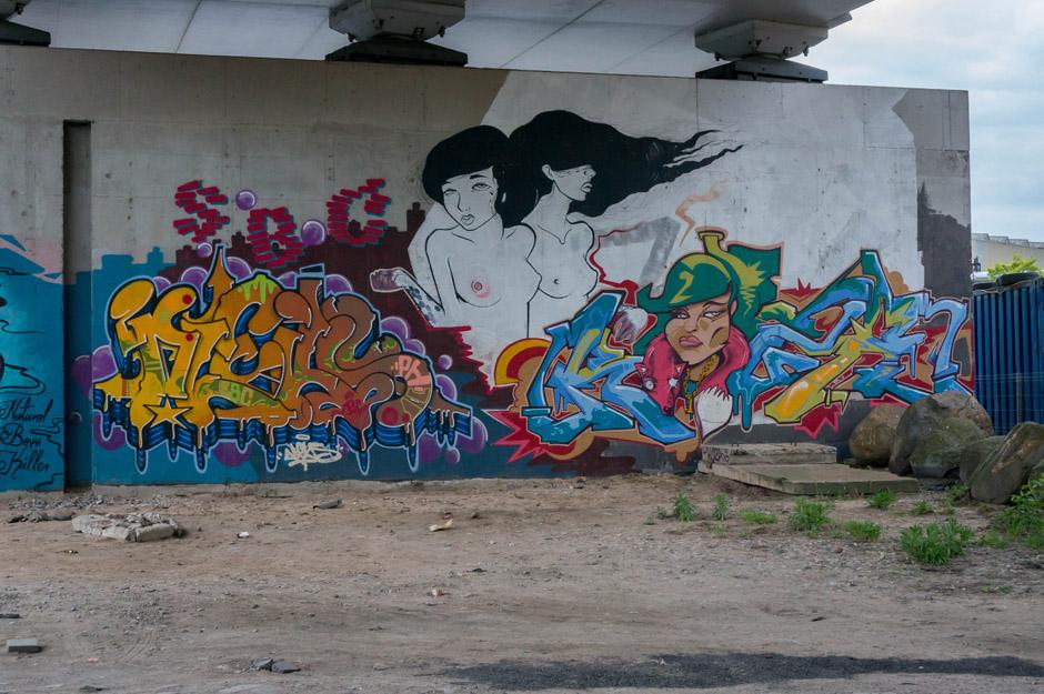 Większość streetartów ma już swoje lata, widać na nich ząb czasu. Powstawały w ramach Graffiti Eco Jamów, które odbywały się w tym miejscu.