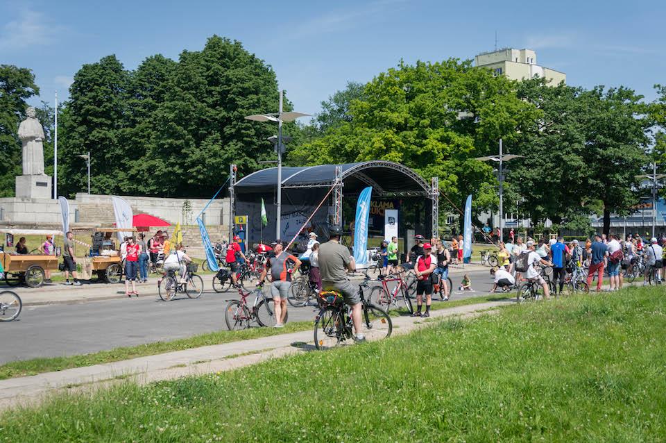 I wspominana wcześniej scena, z której na bieżąco przekazywano informacje na temat zbliżających się grup rowerzystów.