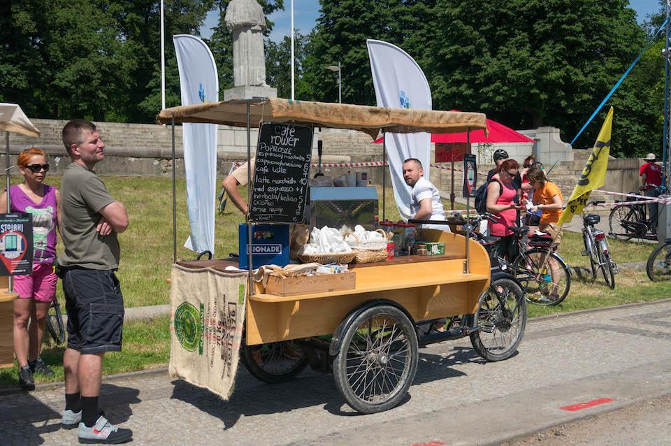 Przepiękny widok. Masa uśmiechniętych osób, masa krytyczna rowerów. Przy scenie również gastronomia: Cafe Rower.