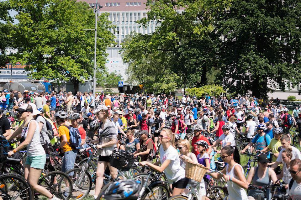 Powoli rowerzyści ruszają w drogę po całym mieście.