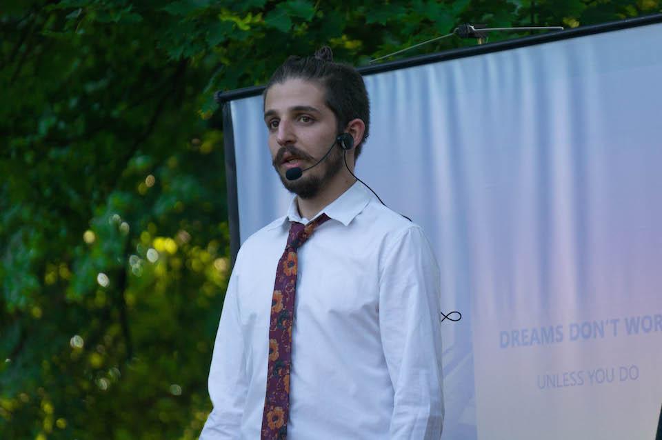 """Na scenie prowadzący Adam Szajna. Czerwcowy TEDxSzczecin się rozpoczął. Bardzo ciekawy trick z aparatem - Adam dał go publiczności i powiedział """"róbcie sobie zdjęcia"""". Na wszelki wypadek, gdyby urządzenie przypadkowo zaginęło, Adam podał swój adres mailowy do wysłania zdjęć. Mistrz!"""