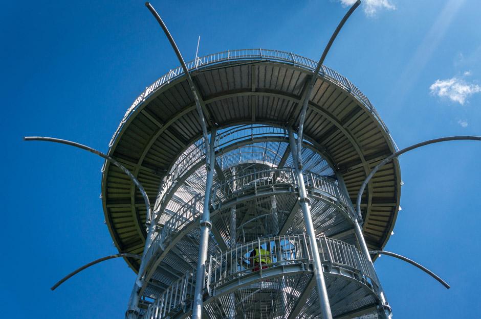 Wieża robi naprawdę dobre wrażenie, szczególnie widoki z góry (o tym za chwilę). Jej kształt został zaprojektowany na bazie helisy DNA. Podczas budowy użyto ponad 6000 śrub (taka ciekawostka).