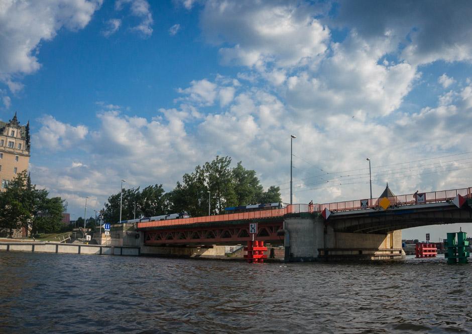 Ruszamy w stronę mostu Długiego. Przyznam się, że pierwszy raz pływałem tak małą jednostką po Odrze. Dotychczas były to Odra i Penne Queen, m/s Joanna.
