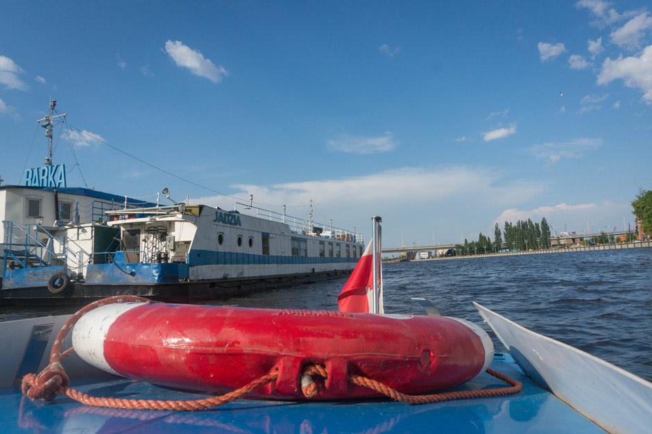 Mijamy Barkę. Środa (bo wtedy płynęliśmy Wołgą) był niezwykle upalnym dniem, na wodzie kompletnie nie czuć tej temperatury.