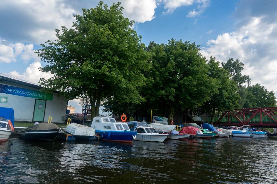 Za dworcem PKP w kierunku ulicy Kolumba znajduje się mała marina.