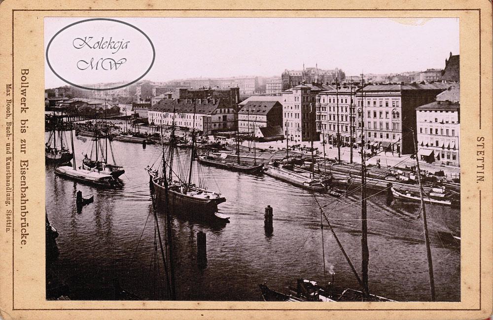 Widok na bulwar w kierunku dworca. W niskich budynkach ze spadzistym dachem znajdowały się koszary oraz lazaret, rozebrane około 1896 r. Uwagę zwraca budynek poczty jeszcze przed rozbudową.