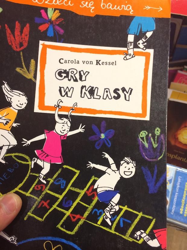 """Książka z instrukcją """"jak grać w klasy"""". Szukałem też części o grze w berka, niestety już wykupiona."""