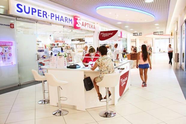Manicure Express (poziom 0) to stoisko, w których można wykonać usługę manicure, bez umawiania się. Marka obecna jest od 2,5 roku na polskim rynku, ma 14 punktów w 7 miastach.
