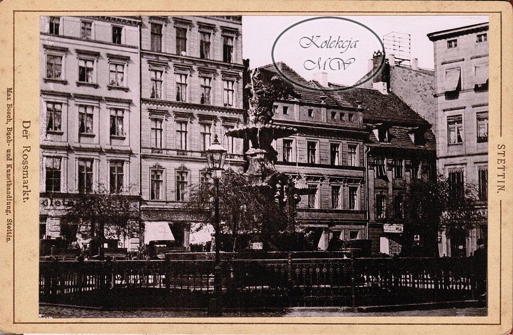 Tu - Plac Orła Białego. Co ciekawe, część budynków w tle zniknęła, lecz nie są tu winne alianckie naloty. Zostały one przebudowane, a jeszcze dość długo po wojnie jeden z nich służył za wejście do łaźni miejskich.