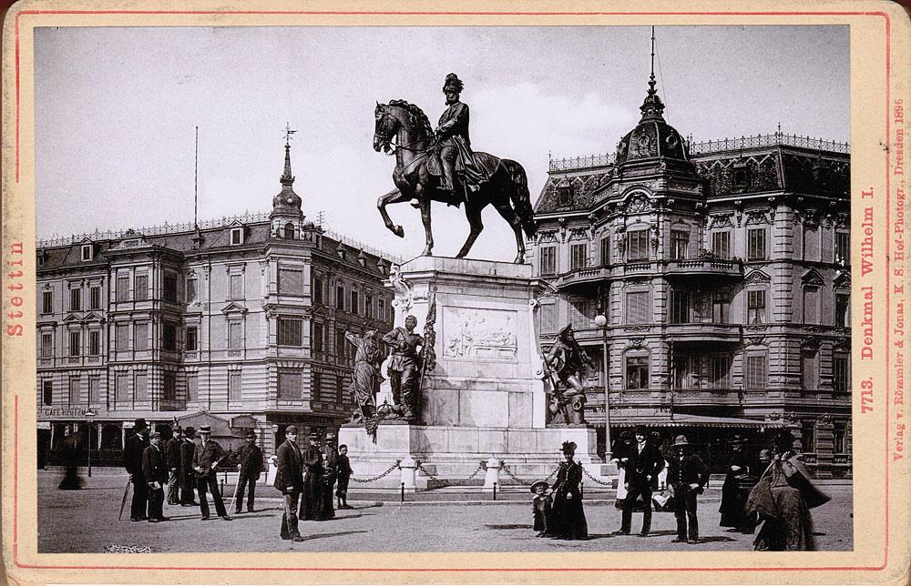 Ostatnie ze zdjęć w albumie przedstawia pomnik cesarza Wilhelma, ustawiony na dzisiejszym pl. Żołnierza. Co ciekawe, ten kartonik wydany został przez znaczącą w tamtych czasach firmę Römmler & Jonas, mimo to znalazł się w albumiku pana Boscha.