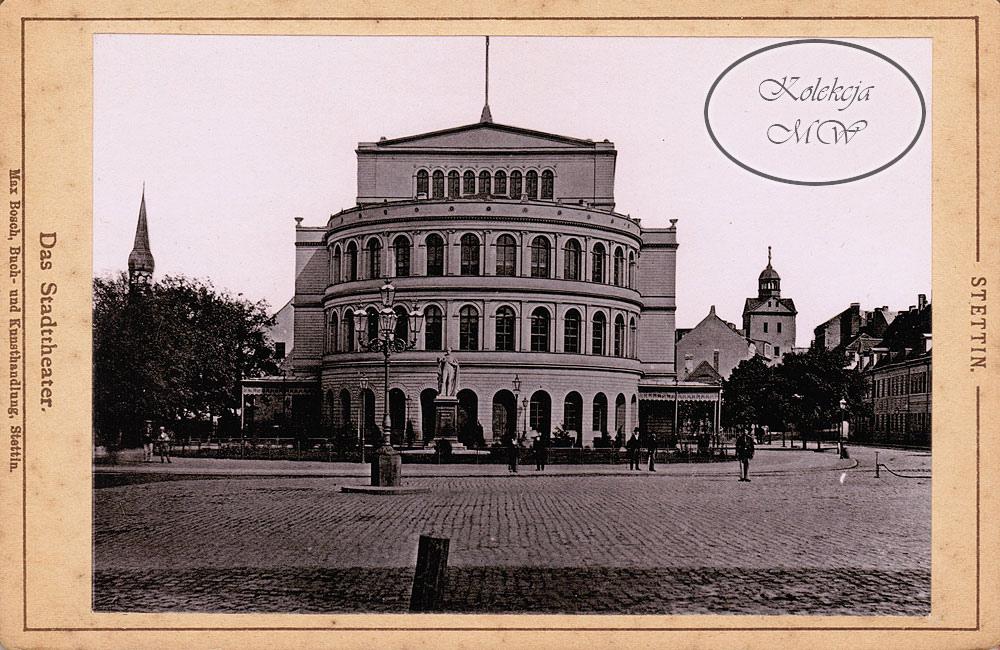 Teatr Miejski - jeszcze przed przebudową wejścia. W tle Domki Profesorskie i Zamek, natomiast wprawny obserwator dojrzy po lewej stronie zdjęcia wąż podłączony do hydrantu w bruku.