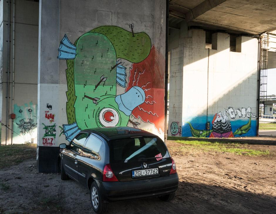 Za takie parkowanie należy się karne zdjęcie z niezamazaną rejestracją. Proszę bardzo :)
