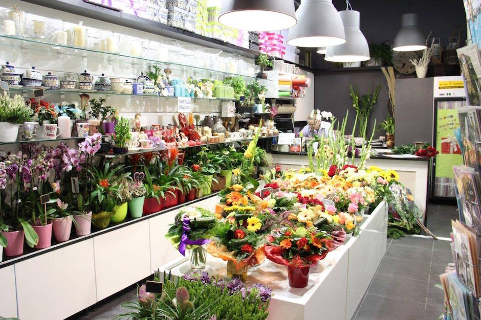 Kwiaciarnia Orientalna znajduje się teraz w nowej lokalizacji na poziomie 0 w pobliżu Kantoru i salonu fryzjerskiego Beverly Hills.