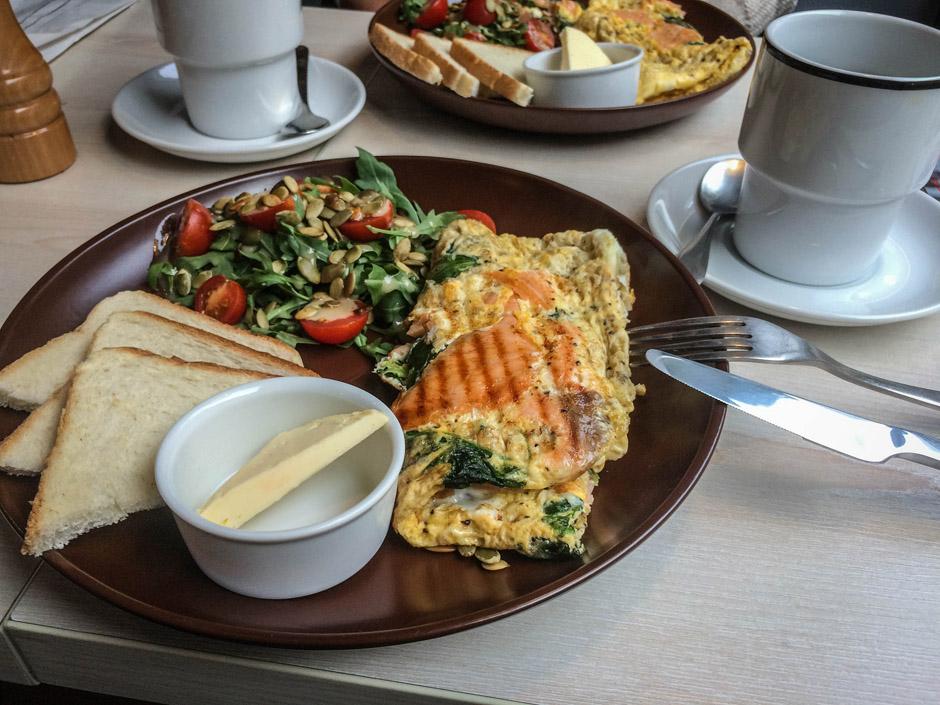 Jedno z moich ulubionych potraw na śniadanie: omlet z łososiem i szpinakiem, sałatka z rucoli. Miejsce: Fabryka na Deptaku.