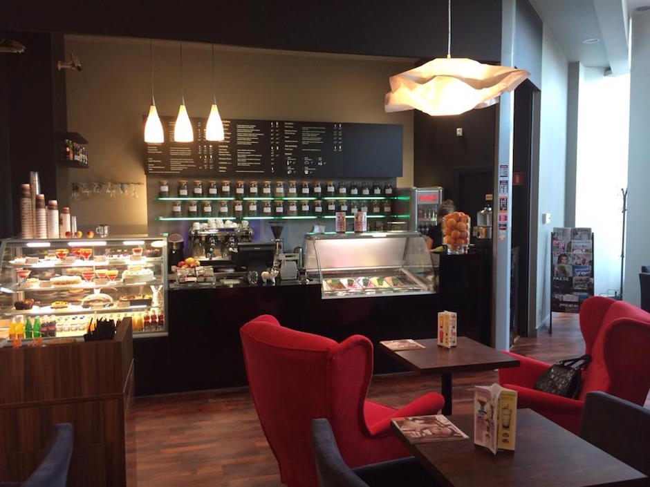 Kawiarnia Duet Coffee znajdująca się na poziomie 1, w okolicy wejścia do hipermarketu Real.