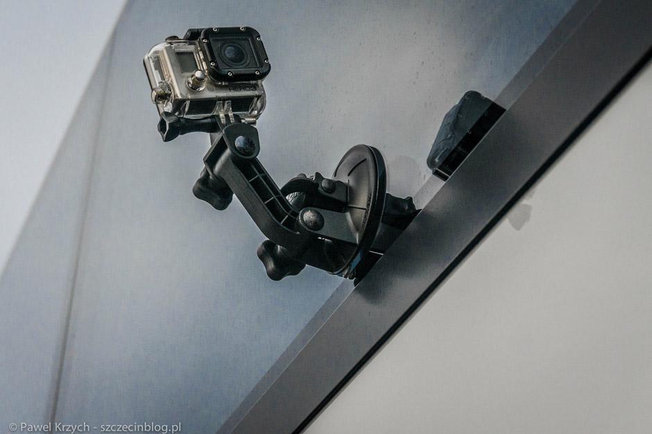 """Przyczepienie kamery GoPro na autokarze. Odpadnie, czy nie odpadnie - takie myśli pojawiały się w naszej głowie. Najbardziej baliśmy się o przejazd ulicą Kolumba, potem jest jużdość """"gładko""""."""