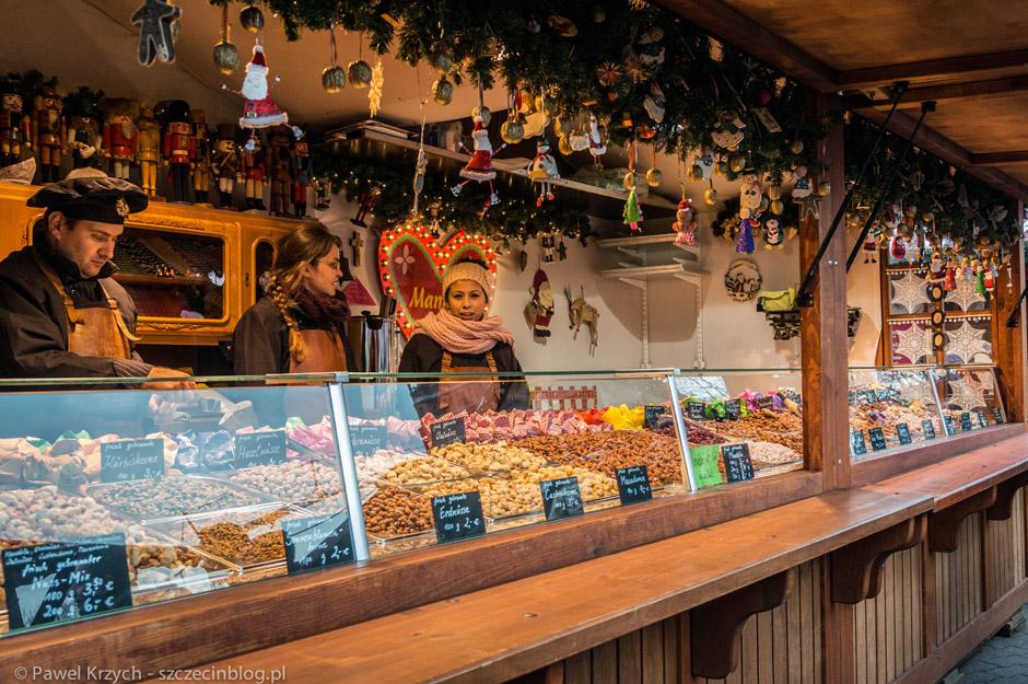 Smakołyki i przekąski uśmiechają się z wielu stoisk. Na zdjęciu różnego rodzaju orzechy (równieżw karmelu).