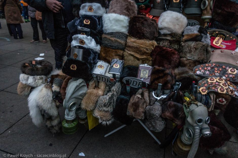 W wielu punktach Berlina kupimy maski gazowe bezpośrednio ze straganów.