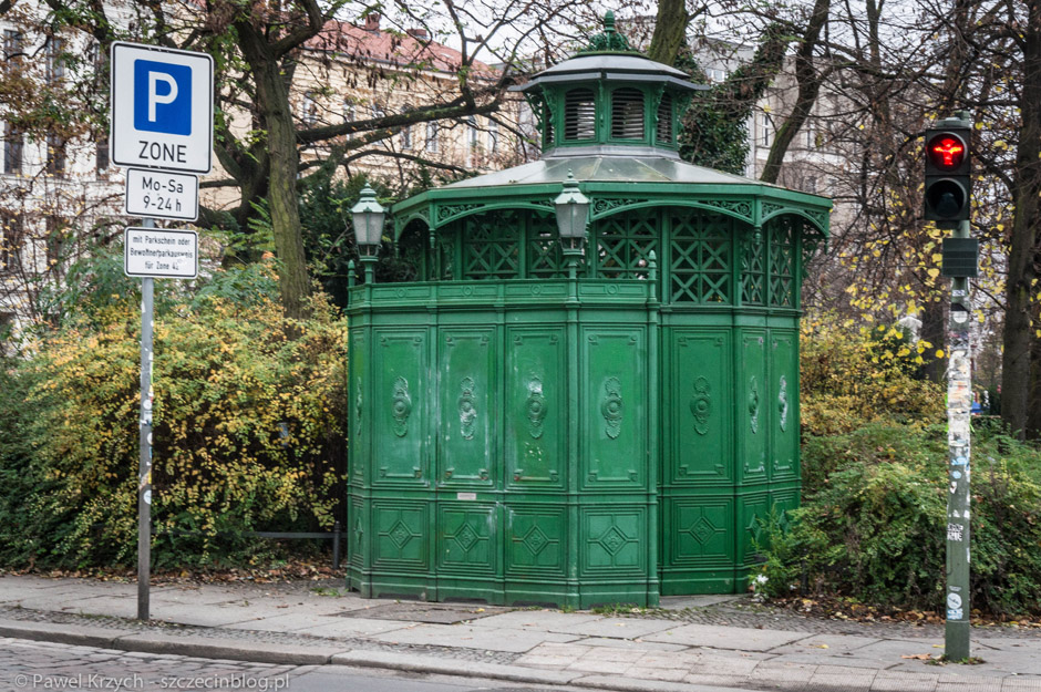 Publiczne toalety w dość ciekawe, zabytkowej formie (nie wiem, czy płatne, nie korzystałem). Na sygnalizatorze (jak w całym wschodnim Berlinie) widoczny Ampelann (zamiast standardowych ludzików).