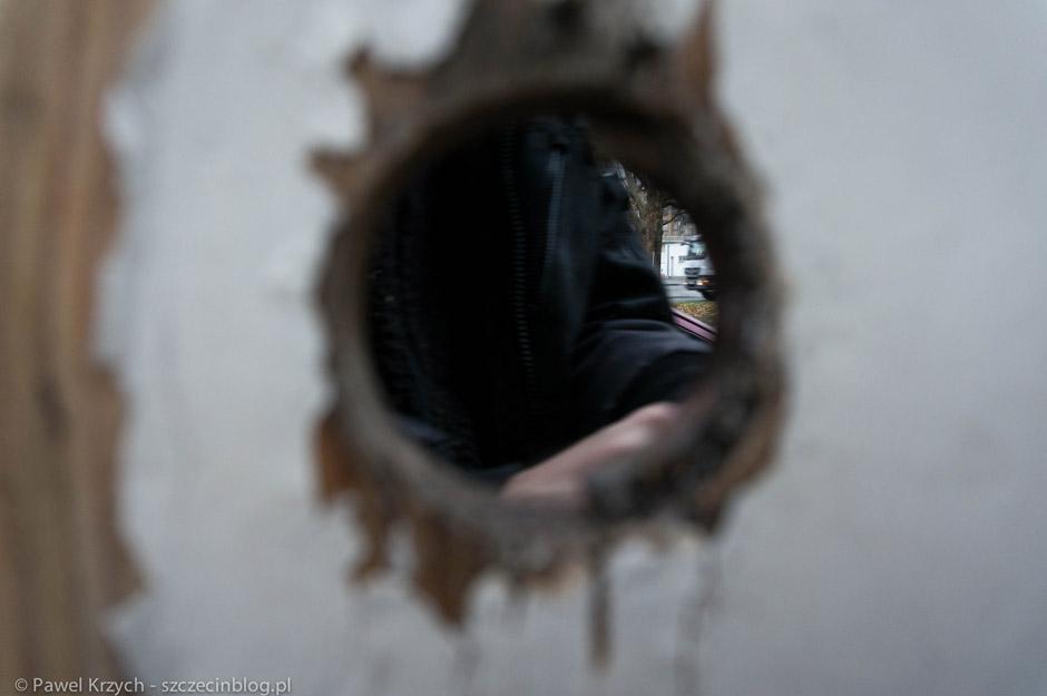 """Zobaczyłem dziurę w drzwiach """"w płocie"""". Podszedłem zrobić zdjęcie """"co jest z drugiej strony"""". W chwili, gdy naciskałem spust aparatu, ktoś podszedł i zaczął szarpać za klamkę. Spooky sytuacja!"""