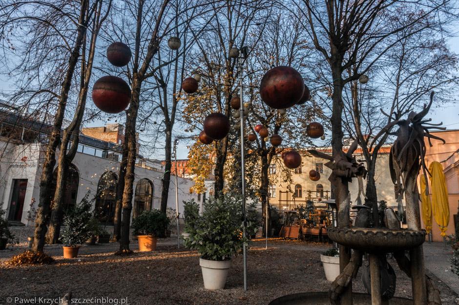 Świąteczne dekoracje - po zmroku te kule świeciły.
