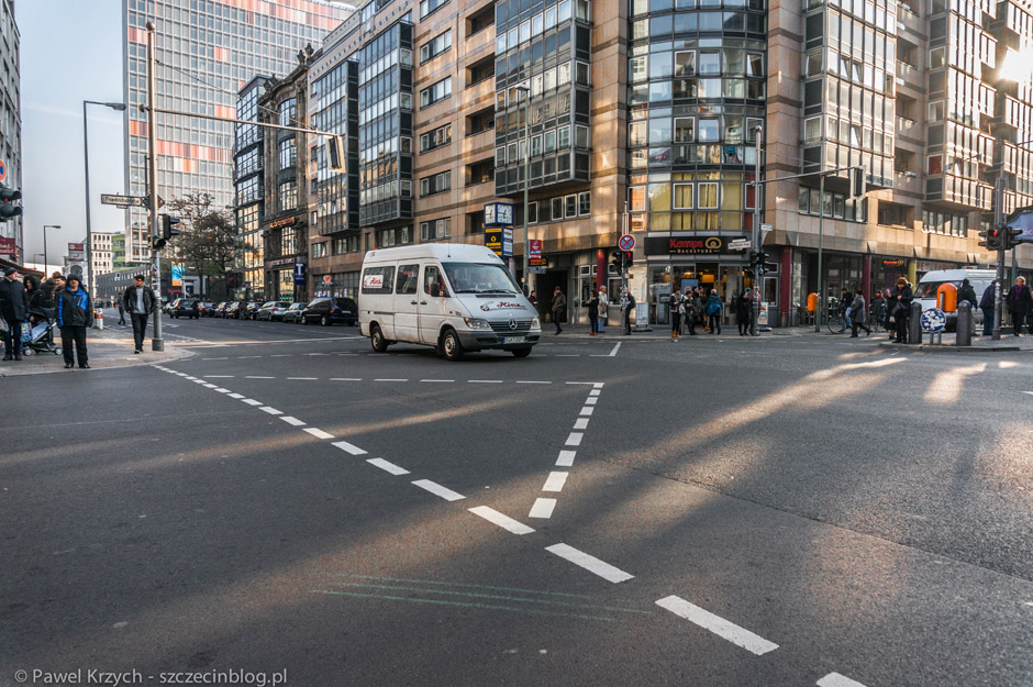 Skrzyżowanie w okolicy Checkpoint Charlie i przejście dla pieszych na ukos skrzyżowania (niczym w Nowym Yorku). Ciekawe kiedy takich rozwiązań doczekamy się w Szczecinie.