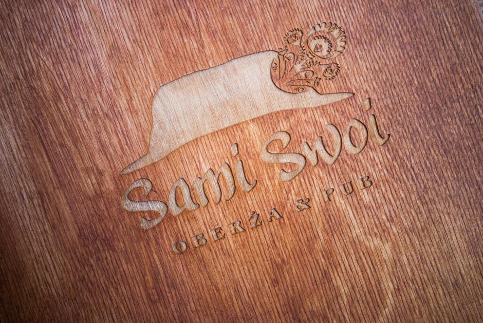 Menu w sztywnej, drewnianej oprawie.