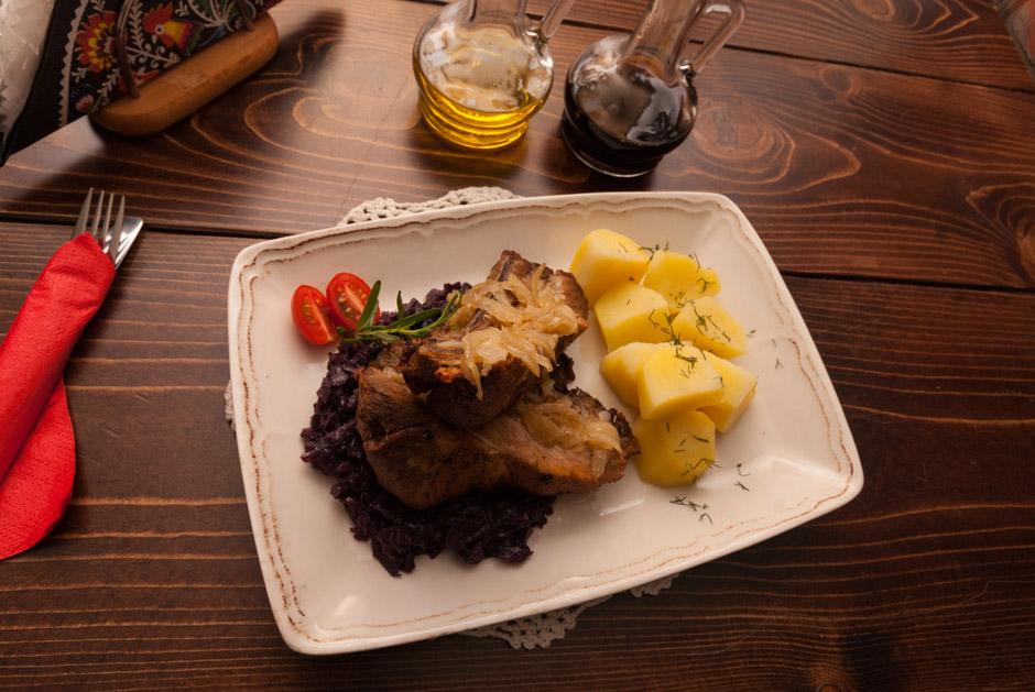 Takie podejście do kuchni staropolskiej bardzo mi się podoba.Jest to wciąż danie tradycyjne, ale można wyczuć, że kucharz stara się te potrawy uwspółcześnić delikatnie modyfikując kompozycję przypraw, sposób pieczenia i podania.