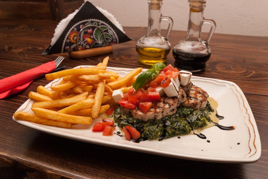 Medaliony ze Schabu (26 zł) to grillowane mięso podane na szpinaku. Porcja jest na tyle duża, że już samo to danie spokojnie spełnia rolę pełnego obiadu.