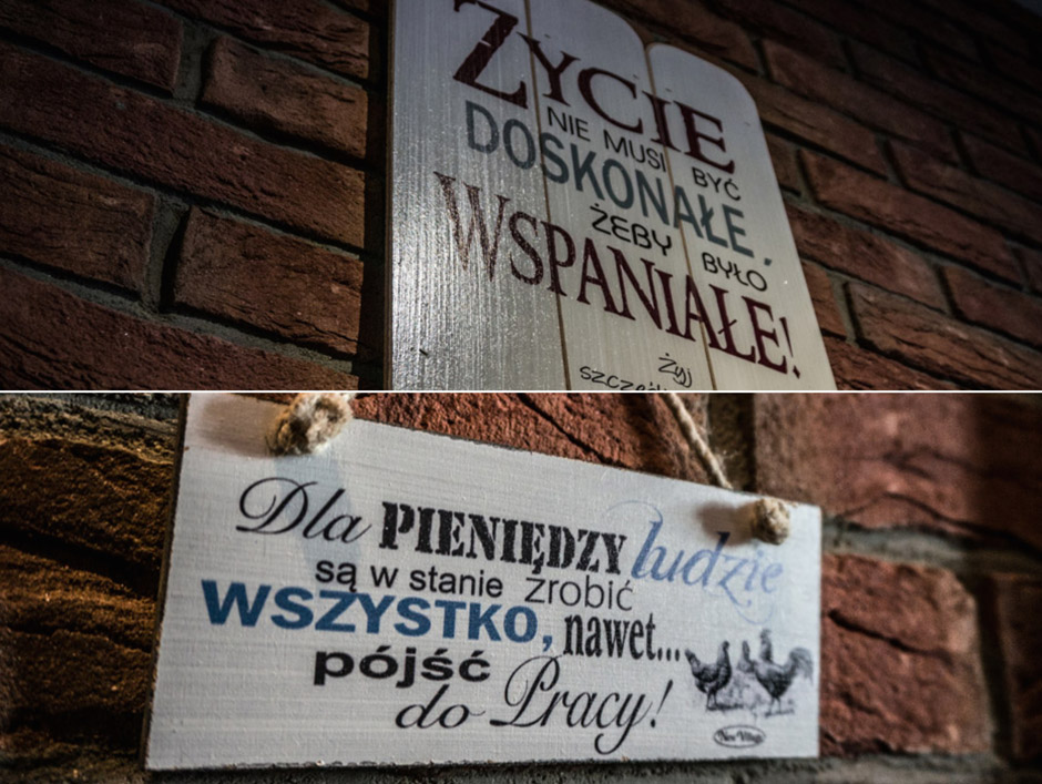 """Na ścianach możemy znaleźćwiele tabliczek z różnymi ciekawymi """"złotymi myślami""""."""