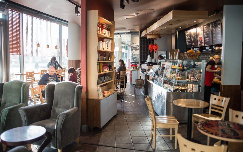"""W każdym Columbus Coffee znajduje się biblioteczka stworzona przez klientów, którzy wzięli udział w akcji """"przynieś książkę - otrzymaj kawę za darmo""""."""