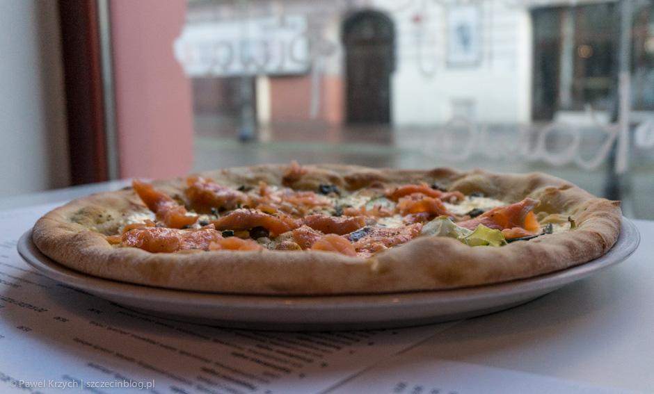 I po raz kolejny łosoś - tym razem na pizzy. Łososiowa mąka - oliwa z oliwek, mascarpone, kapary, łosoś wędzony, cukinia, czosnek, pieprz.