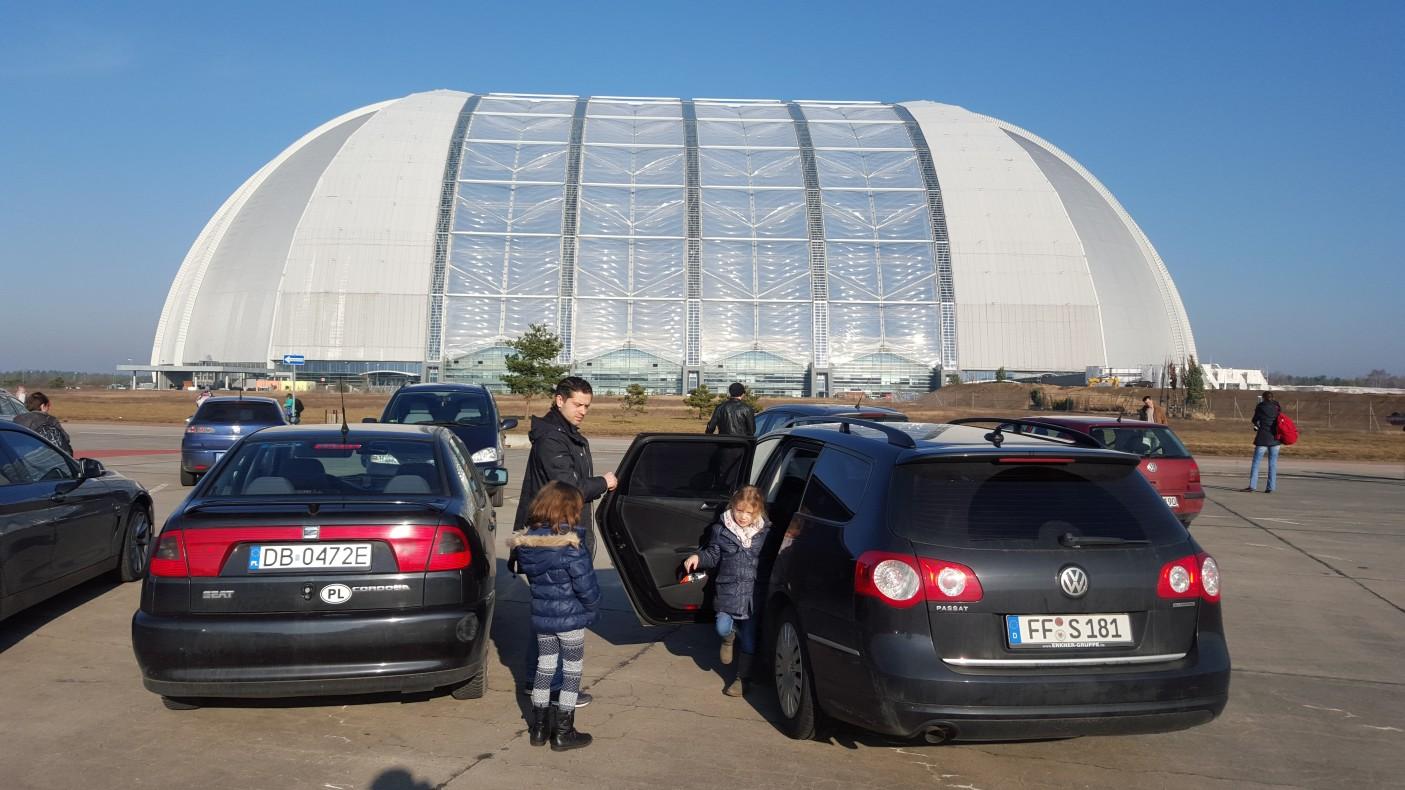 Obiekt położony jest na bardzo płaskim obszarze, dosłownie pośrodku niczego. Kopułę otacza gigantyczny parking. W chwili obecnej tuż obok buduje się otwarta wersja bez dachu, gdzie będzie można spędzić czas w lato.