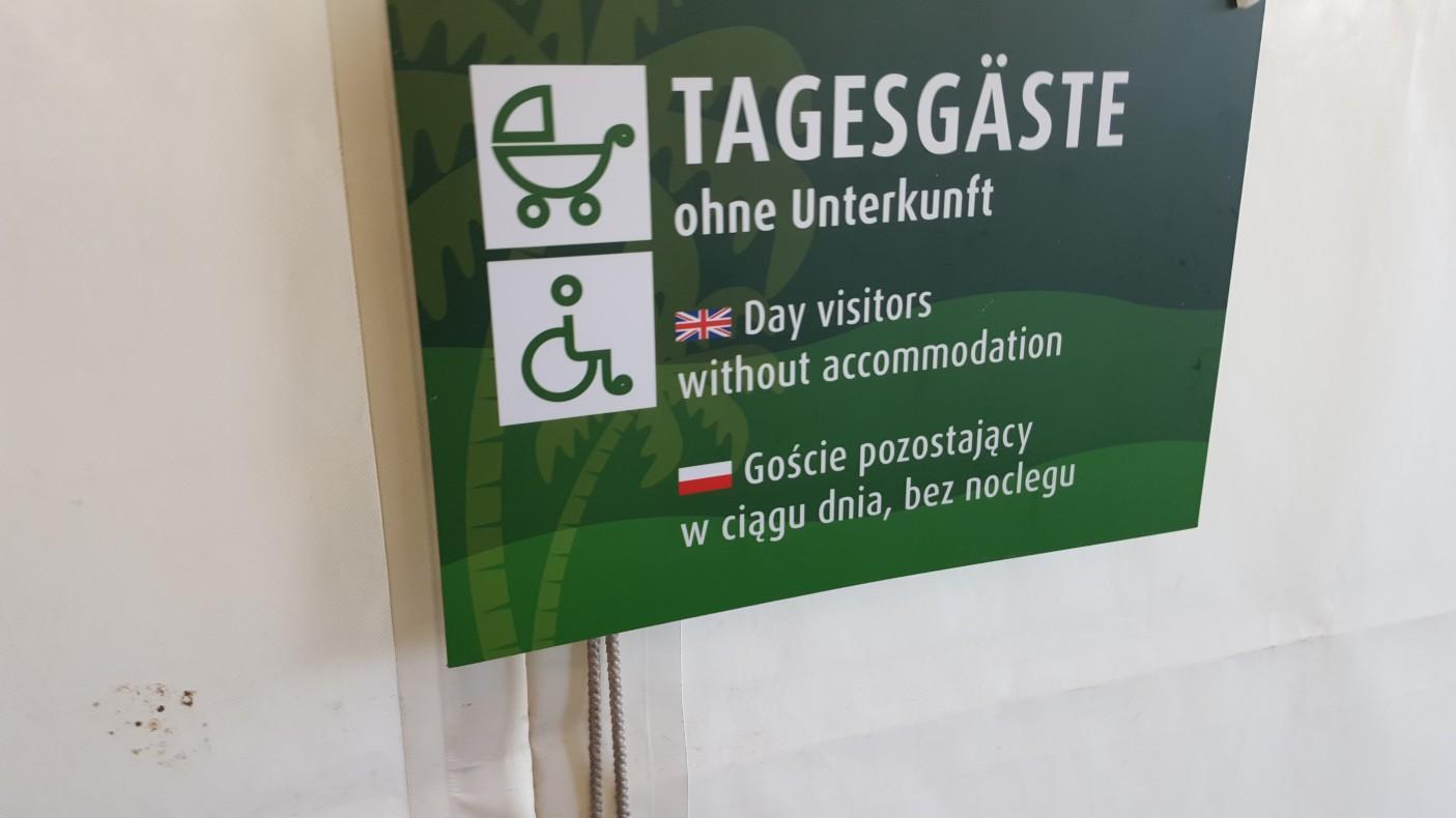 Miejsce bardzo dobrze przygotowane na odwiedziny gości z Polski. Wszystkie tabliczki są w trzech językach. Niemieckim, angielskim i polskim. Obsługa mówi po niemiecku i angielsku, chociaż nie wszyscy z obsługi znają ten drugi język.