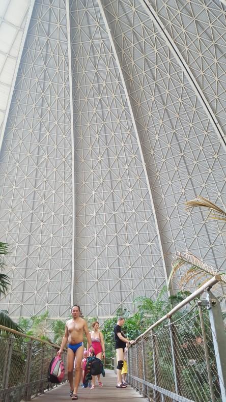 Rozmiary kopuły robią wrażenie. Ten pan na pierwszym planie miał prawie 3 metry wzrostu, a i tak nie wygląda specjalnie okazale na tle ściany kopuły.