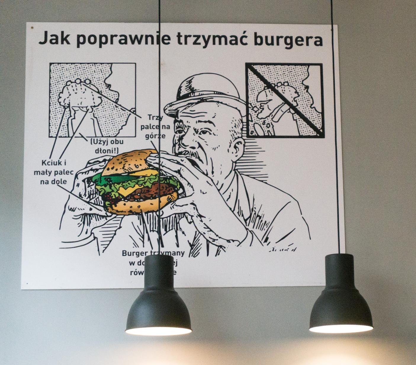Zanim zatopimy się w burgerze, warto rzucić okiem na szybką grafikę instruktażową.  Burger to nie bułka z masłem i aby jeść go z klasą, trzeba to robić taktycznie. A w Krowie na Deptaku Burgery są całkiem sporych rozmiarów - 170 g mięsa, sosy domowej roboty, świeże warzywa, różne dodatki.