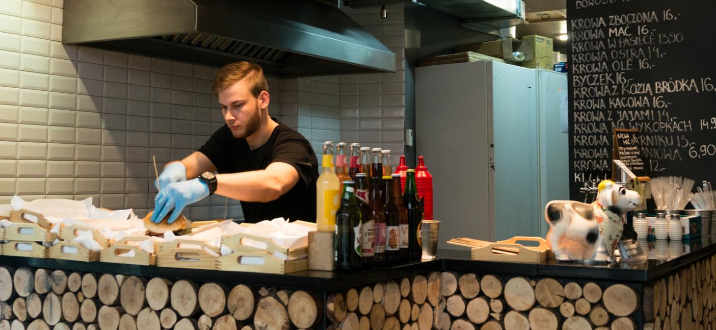 Lada oddzielająca kuchnię od reszty lokalu wykończona jest drewnem, co dodaje swojskiego klimatu.