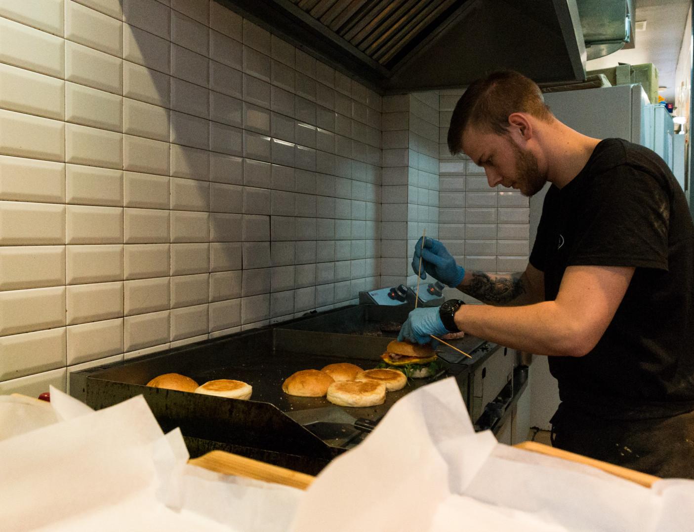 Kuchnia jest otwarta i każdy może podejrzeć, jak jego burger nabiera kształtów, warstw, kolorów, czy czegokolwiek z czym burgera zamówił.