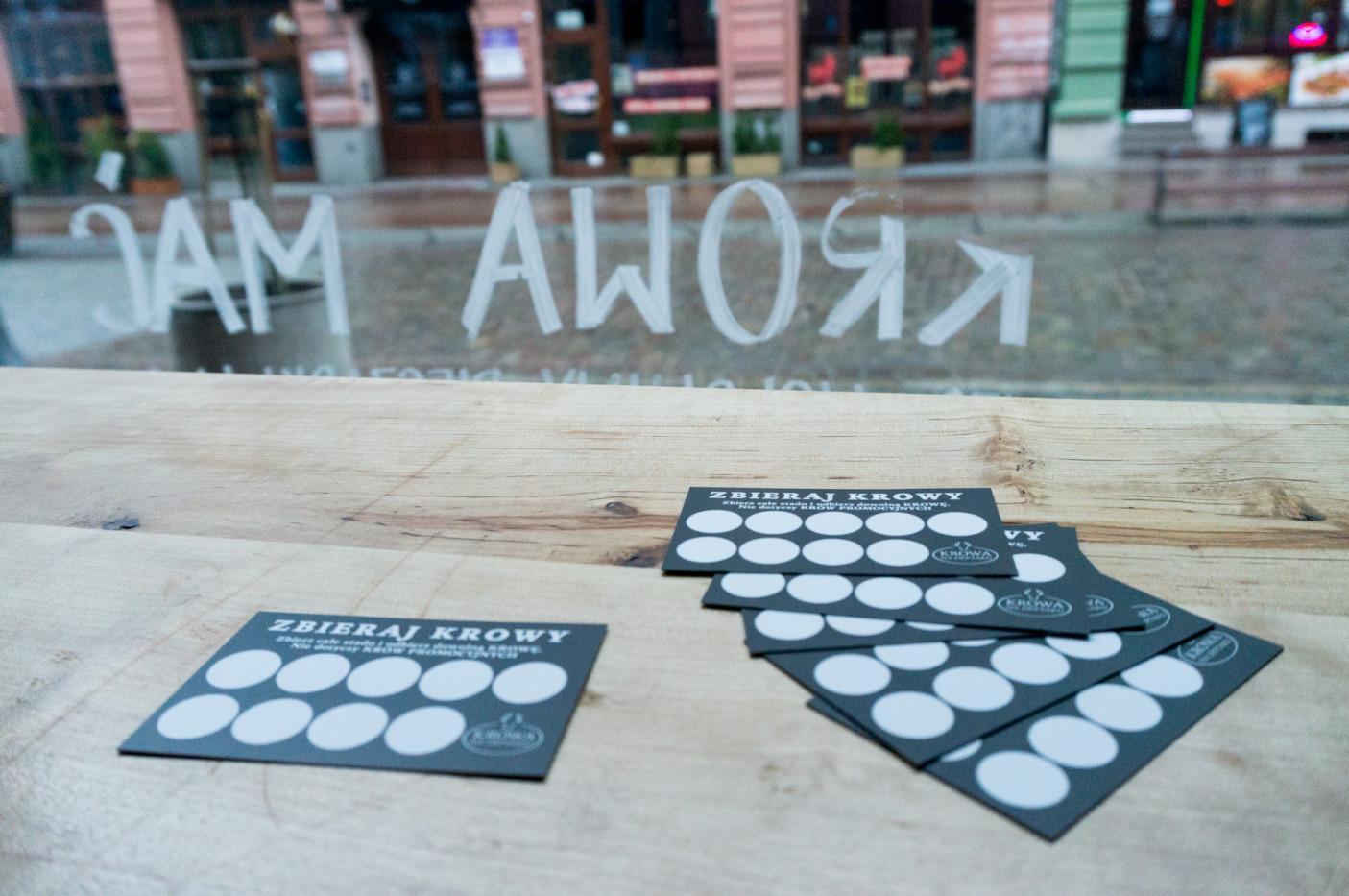 Będąc przy kasie warto podbić kartę. Każdy burger to jedna pieczątka. Gdy zbierzemy 9, możemy wymienić kartę na burgera.