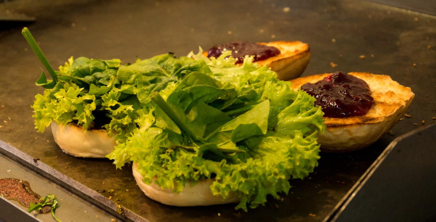 Te akurat burgery są w nieco zdrowszej wersji, bo znajdziemy w nich sos żurawinowy i szpinak.