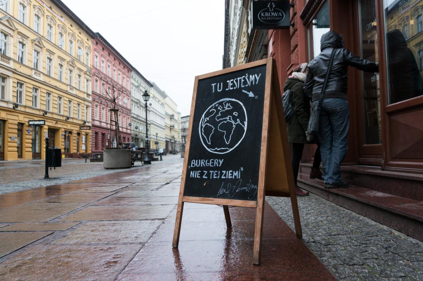 Gdy jest cieplej, przed wejściem są stoliki i parasole. Informacja na potykaczu może być odrobinę myląca (jeśli chodzi o lokalizację), ale za to z poczuciem humoru ;).