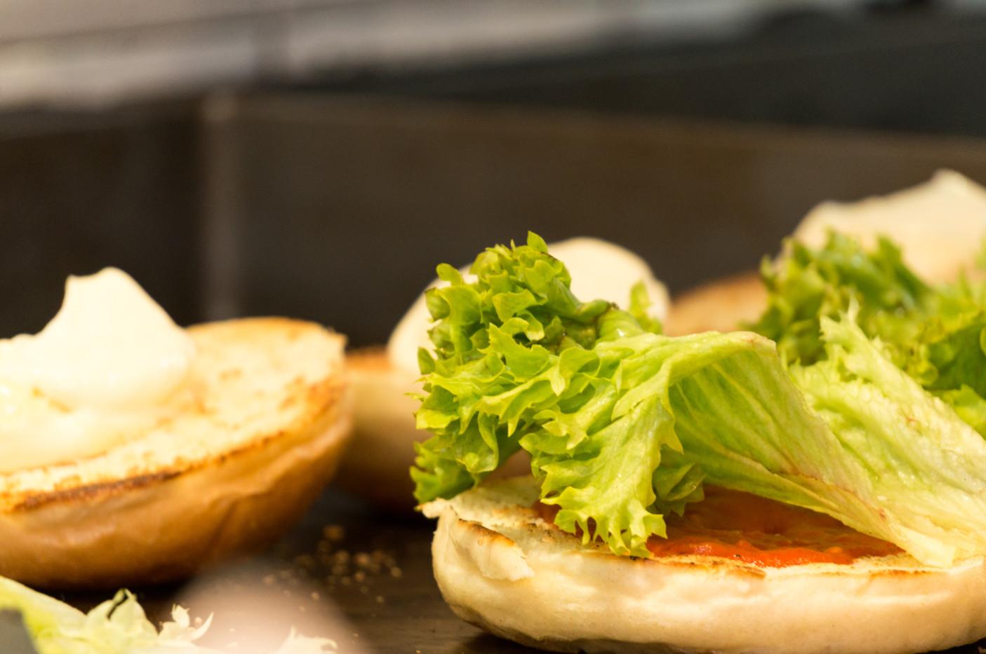 Sosy i składniki w zależności od rodzaju burgera. Mogą być bardzo różne. Od najbardziej klasycznych, po ser pleśniowy i słodkie sosy.